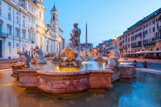 Здесь находятся фонтан Мавра, фонтан Четырех Рек, фонтан Нептуна Woman Planet